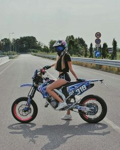 I ride dirtbikes! Dirt bikes are the best! I race them! Ducati, Motos Yamaha, Dirt Bike Girl, Girl Bike, Motocross Maschinen, Motocross Girls, Girl Dirtbike, Motorbike Girl, Motorbike Photos