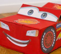 Il vous suffit d'une simple boîte, d'un peu de peinture et de quelques autocollants pour fabriquer vous-même cette voiture Flash McQueen qui peut être suffisamment grande pour vous accueillir ! Elle peut aussi servir de coffre à jouets pour ranger tous les jouets. Partez en pole position grâce à cette activité.