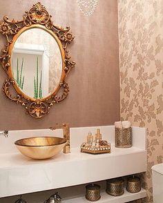 Lavado clássico com composição de papeis de parede, espelho veneziano, metais e cuba dourados e bancada em nanoglass, quer mais?! É muito glamour!! #ahlaemcasa #lavabo #clássico #glamour