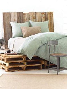 Tête de lit en palette directement posée contre le mur
