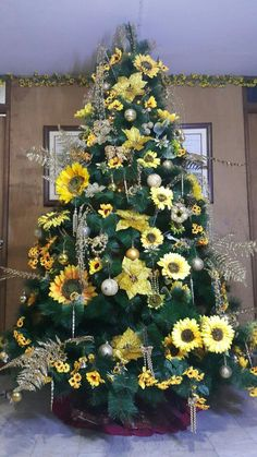 Sunflower Christmas Trees Are a Thing, and They're Just as Beautiful as You'd Expect You might associate bright and lovely sunflowers with Summer and Fall, but now they're a Christmas tree trend, and we gotta say . Lace Christmas Tree, Summer Christmas, Beautiful Christmas Trees, Christmas Tree Themes, Holiday Tree, Christmas Tree Decorations, Christmas Tree Ornaments, Holiday Decor, Cactus Christmas Trees