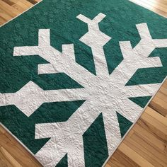 Snowflake Quilt, Snowflakes, Christmas Snowman, Christmas Themes, Pineapple Quilt Block, Quilt Corners, Winter Quilts, Am In Love, Barn Quilts