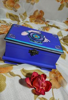 Altar/ Pentagram witch box by BabylonMagicHouse on Etsy Wooden Box Designs, Decorative Wooden Boxes, Painted Wooden Boxes, Diy Wood Box, Diy Box, Halloween Art Projects, Pagan Decor, Tarot, Wiccan Crafts