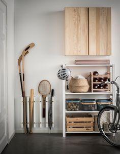 IKEA Deutschland | Ein IKEA MOSSLANDA Hack, bei dem Bilderleisten senkrecht an der Wand befestigt wurden, um Platz für Tennis-, Hockey- und Baseballschläger, aber auch Regenschirme zu schaffen. http://www.ikea.com/de/de/catalog/products/90292103/ #Jugendzimmer #Teenagerzimmer #DIYGarderobe #Stauraumoptimierung