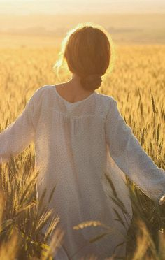 por do sol campo mulher by sil freedom Foto Nature, Vie Simple, Poses Photo, Fields Of Gold, Field Of Dreams, Wheat Fields, Mellow Yellow, Senior Pictures, Daydream