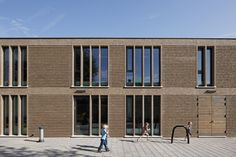 Primary School De Vuurvogel / Grosfeld van der Velde Architecten, brick masonry, vertical brick sunshades