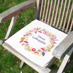 Dieses Sitzkissen wird mit einem farbenfrohen Sommerblüten Motiv und Ihrem Wunschtext bedruckt. Der kurze Wunschtext wird in dem Blütenkranz platziert. Der weiße Kissenbezug wird mit einem Schaumstoffkissen gefüllt. Mittels eines Reißverschlusses kann der Bezug geöffnet werden und die Füllung bei Bedarf entnommen werden.