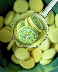 """zitronen Macarons. Rezept für die Schalen auf dem Blog Gefällt 12 Mal, 2 Kommentare - ᗰOᑎIKᗩ TᖇIEᗷEᑎᗷᗩᑕᕼEᖇ (@monika_triebenbacher) auf Instagram: """"Macarons erstmal ohne Füllung, aber es ist bestimmt klar, was für eine Füllung ich machen werde.…"""""""