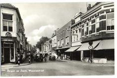 Bergen op Zoom: De Wouwsestraat 1963 met links op de hoek de boekhandel van Stoetzer