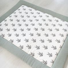 Konijn boxkleed zwart wit mint handgemaakt littlez Baby Life Hacks, Baby Sheets, Handmade Baby Quilts, Baby Wrap Carrier, Baby Presents, Diy Baby Gifts, Baby Box, Baby Sewing Projects, Quilt Baby