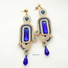 Soutaches earrings made entirely by hand with a rectangular crystal chain of blue rhinestones, Czech crystals and glass drop. Soutache Earrings, Pendant Earrings, Ring Earrings, Crystal Earrings, Shibori, Emerald Green Earrings, Earring Trends, Bead Embroidery Jewelry, Polymer Clay Charms
