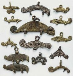 PLANCHE DE TREIZE REPRÉSENTATIONS DE CAMÉ- LÉONS. Ces pendentifs, symbole...