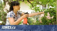 Proti chorobám a škůdcům můžete použít i prostředky, které jsou šetrné vůči přírodě. Čím dál více majitelů zahrad chce přestat používat chemické prostředky a začít víc zahradničit v souladu s přírodou, popisuje magazín DOMA DNES. Flora, Chemistry