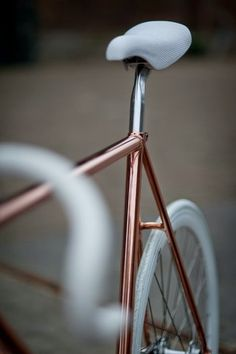 Copper/ rose gold and white details bike. Simply beautiful, practical probably not. Velo Retro, Velo Vintage, Vintage Bicycles, Retro Bicycle, Bicycle Shop, Pimp Your Bike, Rose Gold Aesthetic, Gold Everything, Rose Gold Frame