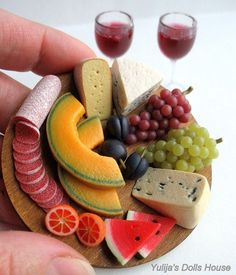 Miniature sculpture of a melon, cheese, grape, watermelon, sausage and wine tray. Cute Polymer Clay, Cute Clay, Polymer Clay Miniatures, Polymer Clay Crafts, Dollhouse Miniatures, Miniature Crafts, Miniature Food, Miniature Dolls, Barbie Food