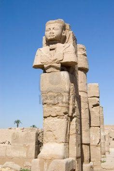 antigua estatua del faraón y columna