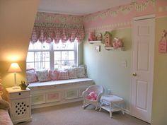 girls shabby chic bedroom. Me encanta el mueble de la ventana. http://www.designdazzle.com/