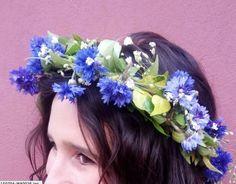 Una corona de flores recogidas en el jardín.