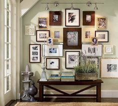 photos au mur, peinture murale vert anis et table basse en bois massif