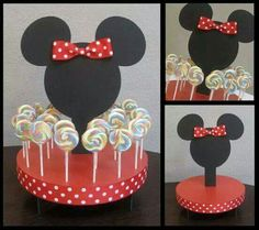 Piruletas presentadas en una base decorada de Minnie