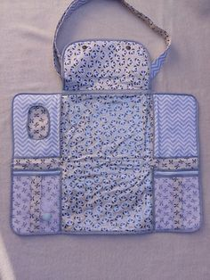 Diaper changing bag with adjustable strap and embroidered baby name Super pr . - Diaper changing bag with adjustable strap and embroidered baby name Super practice! Baby Sewing Projects, Sewing For Kids, Sewing Tutorials, Baby Bloomers, Baby Crafts, Baby Accessories, Baby Items, Baby Quilts, Diaper Bag