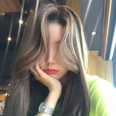 Find images and videos about girl, korean and ulzzang on We Heart It - the app to get lost in what you love. Korean Medium Hair, Korean Long Hair, Medium Hair Styles, Short Hair Styles, Prity Girl, Uzzlang Girl, Girl Haircuts, Foto Pose, Beautiful Long Hair