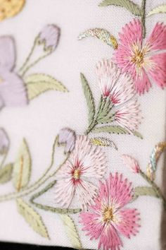 Flores bordadas en rosa