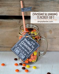 Thrilled to Pieces Teacher Gift: Free printable for both the beginning AND end of the school year! Simple Gifts, Easy Gifts, Creative Gifts, Homemade Gifts, Cute Teacher Gifts, Teacher Treats, Back To School Teacher, Elementary Teacher, Co Working