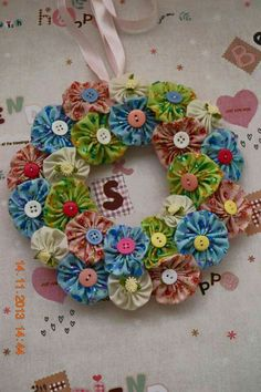 Sewing Fabric Flowers For inspiration from Bows and Ribbons: Yoyo Flower Wreath. I love this project, if you know how to do fabric flowers you can do this wreath ! Crafts To Make, Arts And Crafts, Diy Crafts, Wreath Crafts, Flower Crafts, Fabric Crafts, Sewing Crafts, Craft Projects, Sewing Projects