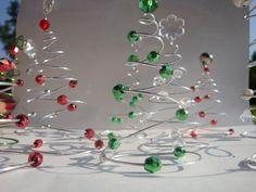 Famosos miniarbolitos de navidad hechos con alambre de www.lacaloatamosconalambre.com