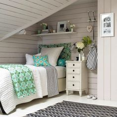 Beach house-style attic bedroom with whitewashed panelling Cottage Shabby Chic, Beach Cottage Style, Beach House Decor, Home Decor, Attic Bedrooms, Bedroom Loft, Extra Bedroom, Wood Bedroom, Bedroom Decor