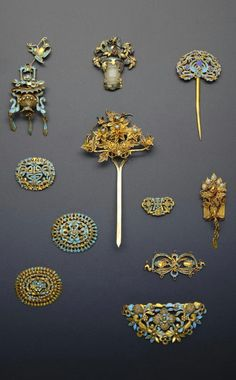 China | Collection of gilt metal and Kingfisher feather hair ornaments; formed as hairpins and plaques, variously decorated with filigree and scrolling foliate arrangements, birds and shou characters | Qing Dynasty | 1'300£ ~ sold (May '15)