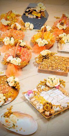Indian Wedding Gifts, Desi Wedding Decor, Luxury Wedding Decor, Wedding Props, Wedding Crafts, Bridal Gift Wrapping Ideas, Wedding Gift Baskets, Creative Gift Wrapping, Diy Mehndi Decorations