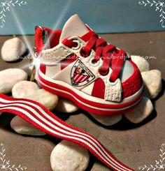 Zapatilla deportiva del AThletic de Bilbao #zapatillafofucha #handmade #lafofucheriademarion #detalleartesanal #zapatilladeportiva
