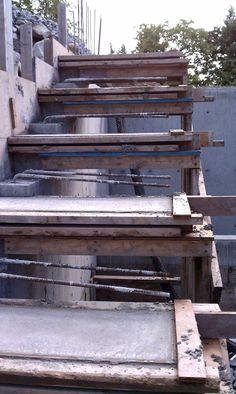 cantilevered-concrete-stair-formwork-closeup-rebars