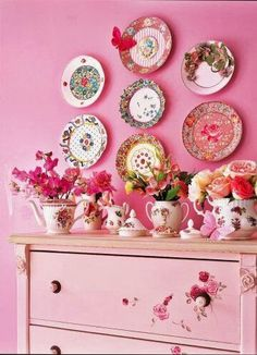 Idee op de website van Marie Claire / Idea on the Marie Claire website Hanging Plates, Plates On Wall, Plate Wall, Vintage Walls, Vintage Pink, Vintage Plates, Pink Plates, White Plates, Clear Plates