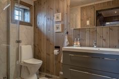 på gir et lunt uttrykk på Toilet, Vanity, Mirror, Cabins, Farmhouse, Future, Home Decor, Dressing Tables, Flush Toilet