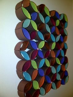 Mosaico elaborado con rollos de papel higiénico pintados por el interior y unidos unos con otros formando un mosaico