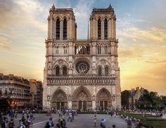 En sus ocho siglos de historia, la catedral parisina ha sido testigo de numerosos acontecimientos históricos, como la coronación de Napoleón Bonaparte y de Enrique VI de Inglaterra o la beatificación de Juana de Arco. Impresiona por su majestuosidad, sus magníficas vidrieras y por las preciosas gárgolas que salpican su exterior y que se pueden admirar desde la terraza superior.