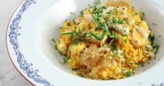 Supersmidig vardagsmat där hela rätten lagas i samma kastrull - vit fisk, ris, karamelliserad lök samt saffran och gurkmeja. Serveras med en busenkel sås på tahini (sesampasta) och citron. Klassisk husman i Palestina!