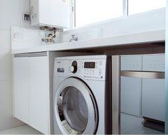 Como não sobrou espaço para a máquina de lavar, a solução foi colocá-la na lavanderia ao lado da máquina de lavar. Projeto de Beatriz Quinelato publicado em Casa e Jardim(Foto: Adriana Barbosa/Divulgação)