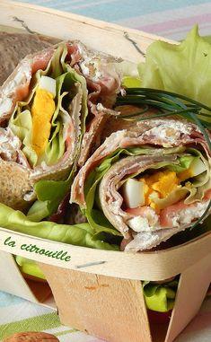 Wraps de sarrasin, fromage aux noix et jambon de parme Brunch, Feta, Juice Plus, Wrap Sandwiches, Meals For The Week, Fresh Rolls, Street Food, Food Videos, Entrees