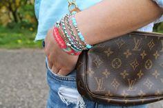 Bloggering Lavender Star kombinierte das bunte Sommerarmband von Ernsting's family mit einer eleganten Handtasche. #summer #hippie #mix_it #ernstingsfamily