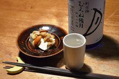 【ナッツの蜂蜜漬けとクリームチーズ】伊豆のお客さまからいただいたナッツの蜂蜜漬け、おすすめされたとおりにクリームチーズにあわせてみて目から鱗。日本酒もすすむ甘さと優しい酸味の肴になりました。きっとハイボールも合いますね。今日のお酒は、大阪・大門酒造の「利休梅・むくね残月」。地元の交野郷産の好適米を使ったお酒です。