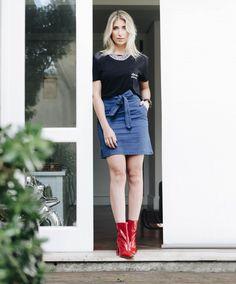 A casadíssima @carolraucci_ é uma das musas que participou do papo intimista sincero e supergostoso sobre  Para ler a matéria completa e #shop o look da Carol de @dzarmoficial  botas @lojapaulatorres clique no link da bio  . . . #shoponline #looks #ootd #fashionista #moda #fashion #style #instastyle #instamoda #picoftheday #looks #cool #beautiful #amazing #instafashion #tips #dicasdemoda #tendencia #trendy #chic #denim #jeans #boots #denimskirt #red