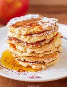 Placki twarogowe z jabłkiem (bez cukrów, wycisnąć ze startego jabłka sok, 3 tb płatki owsiane błyskawiczne/ inna mąka) Polish Recipes, Oreo, Pancakes, Healthy Recipes, Healthy Food, Sweets, Meals, Cooking, Breakfast