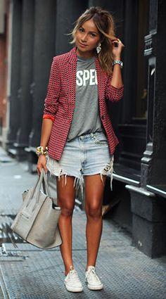 เสื้อเบลเซอร์ลาย สีแดงสีดำ Joie, เสื้อยืด Zara, กางเกงยีนส์ขาสั้น Vintage Levi's, รองเท้า Converse, กระเป๋า Céline