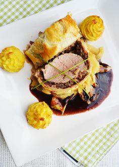 Schweinefilet im Blätterteig mit Orangenfenchel, Herzogin-Kartoffeln und Rotwein-Sauce
