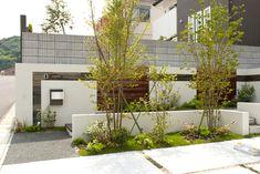 駐車スペース脇には植栽を。<br /> アプローチとの高低差がエクステリアに立体的な彩りを与えます。