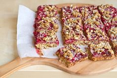 Healthy Strawberry Oat Squares with Homemade Jam 22 Ways To Get Your Vegan Snack Attack On Healthy Vegan Snacks, Vegan Treats, Yummy Treats, Yummy Food, Yummy Snacks, Healthy Deserts, Vegan Dessert Recipes, Whole Food Recipes, Snack Recipes